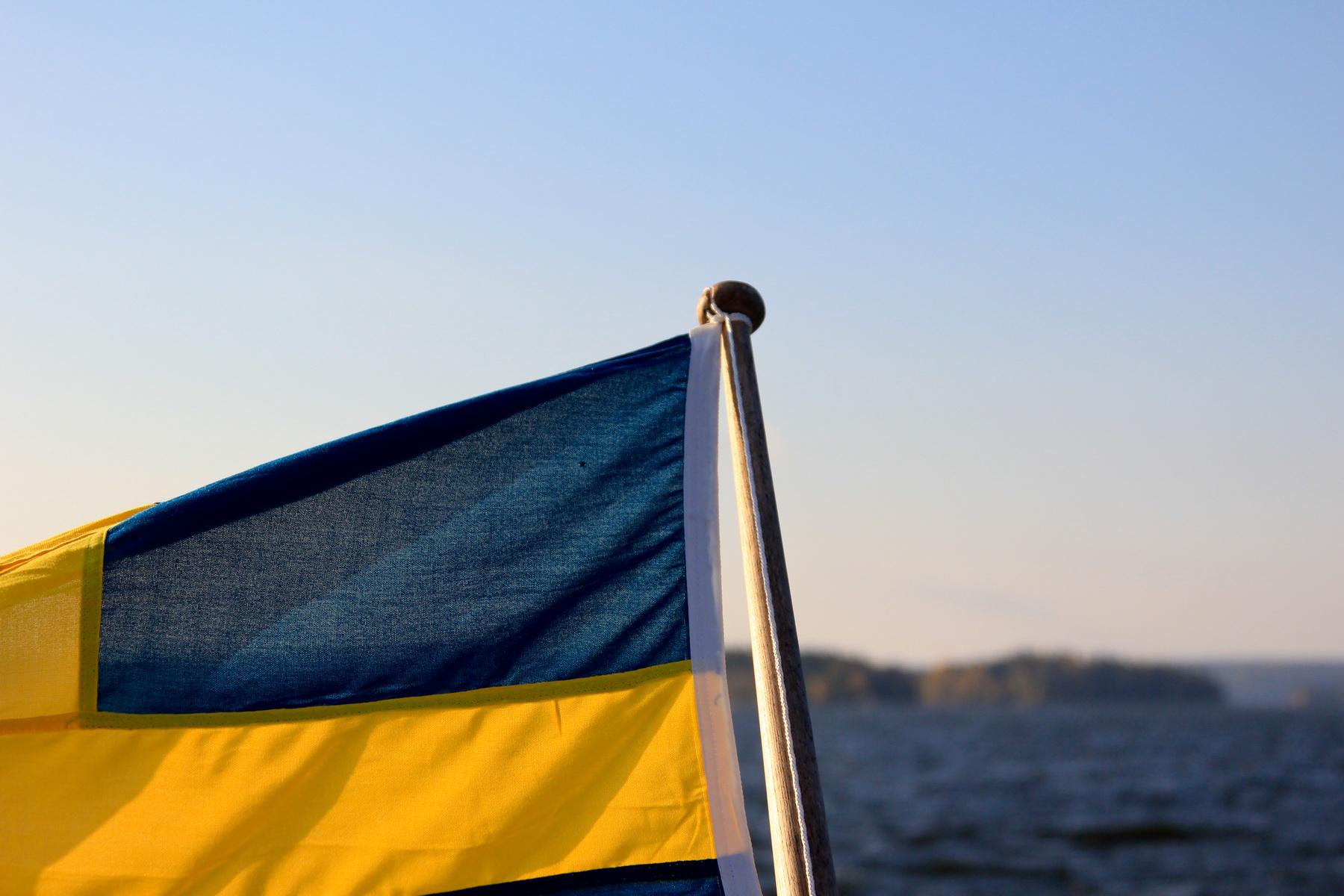 närbild-svensk-flagga-på-båt