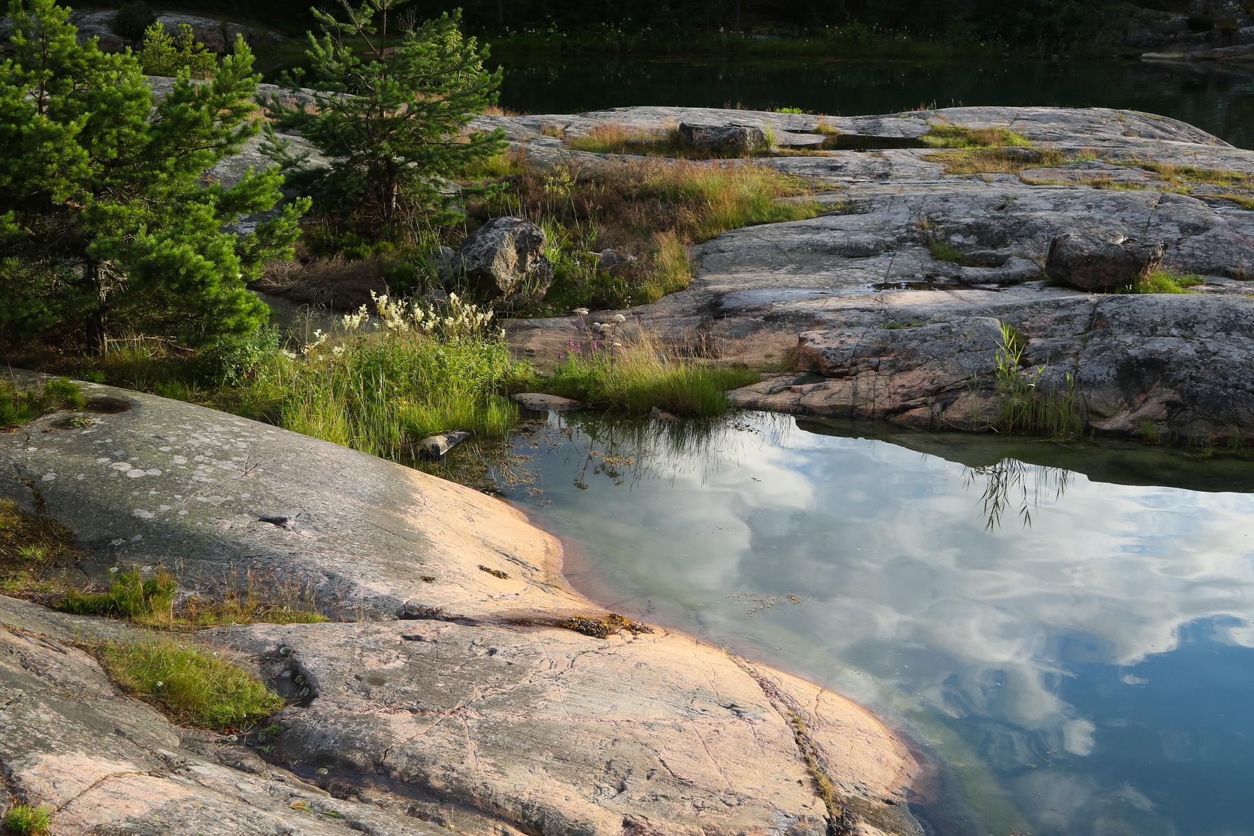 stilla-vatten-vid-stenar